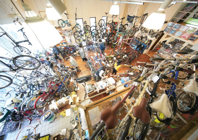 店内にはたくさんの自転車がある