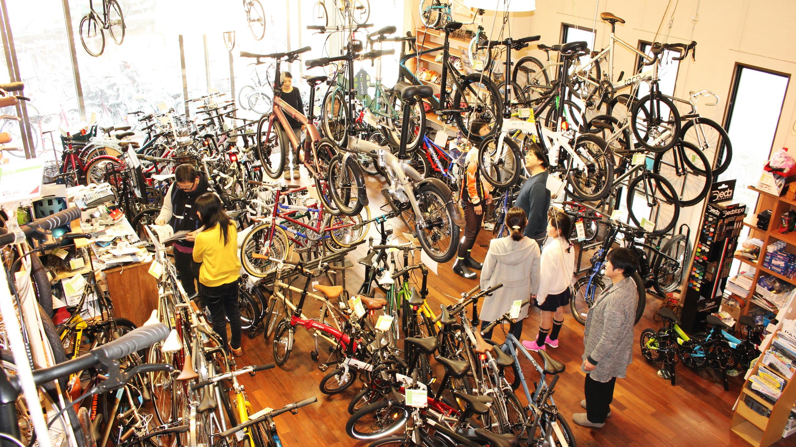 店内にはたくさんの自転車があります