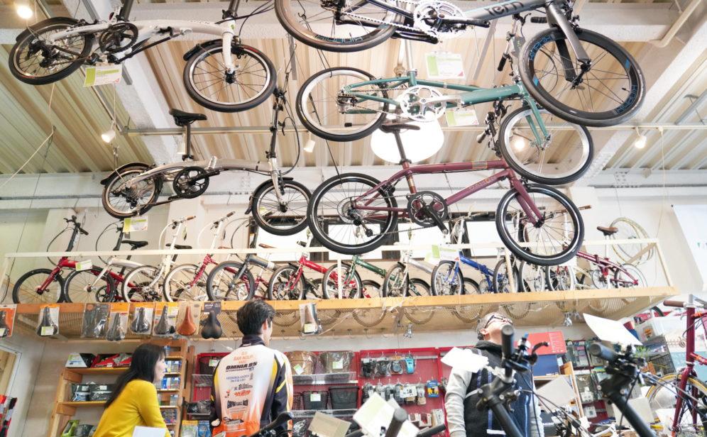 店内で自転車を眺めるお客様