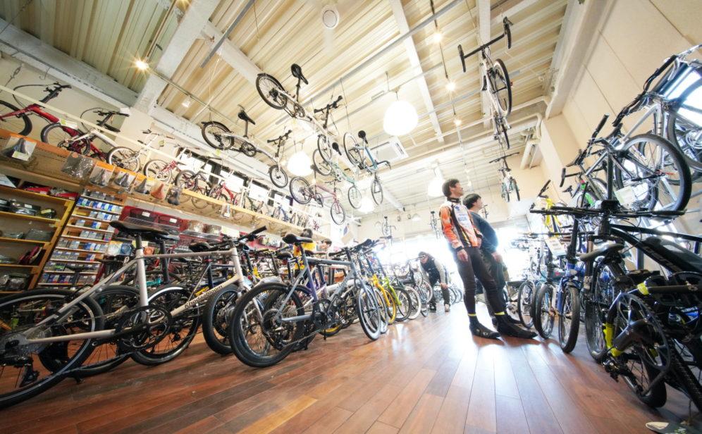 店内で自転車を探すお客様